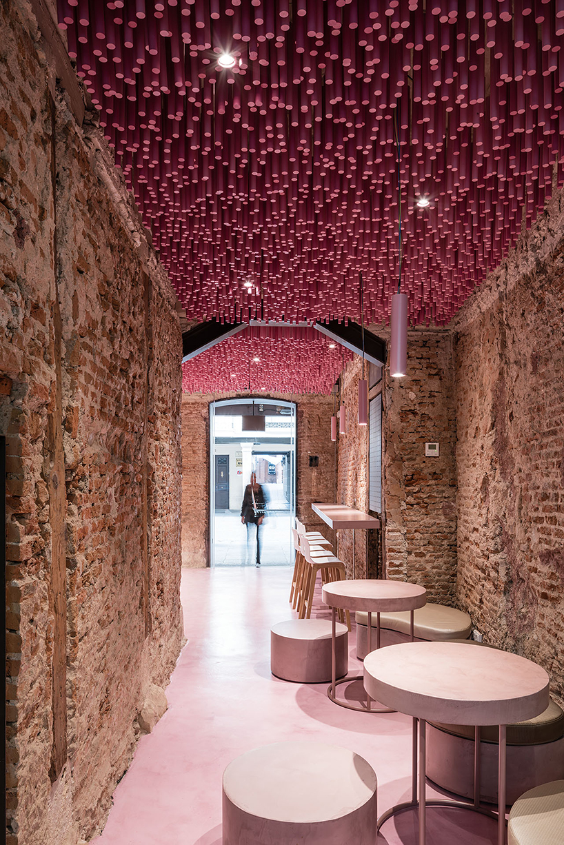 ideo-arquitectura-madrid-bakery-art-installation-strawberry-sticks-designboom-04