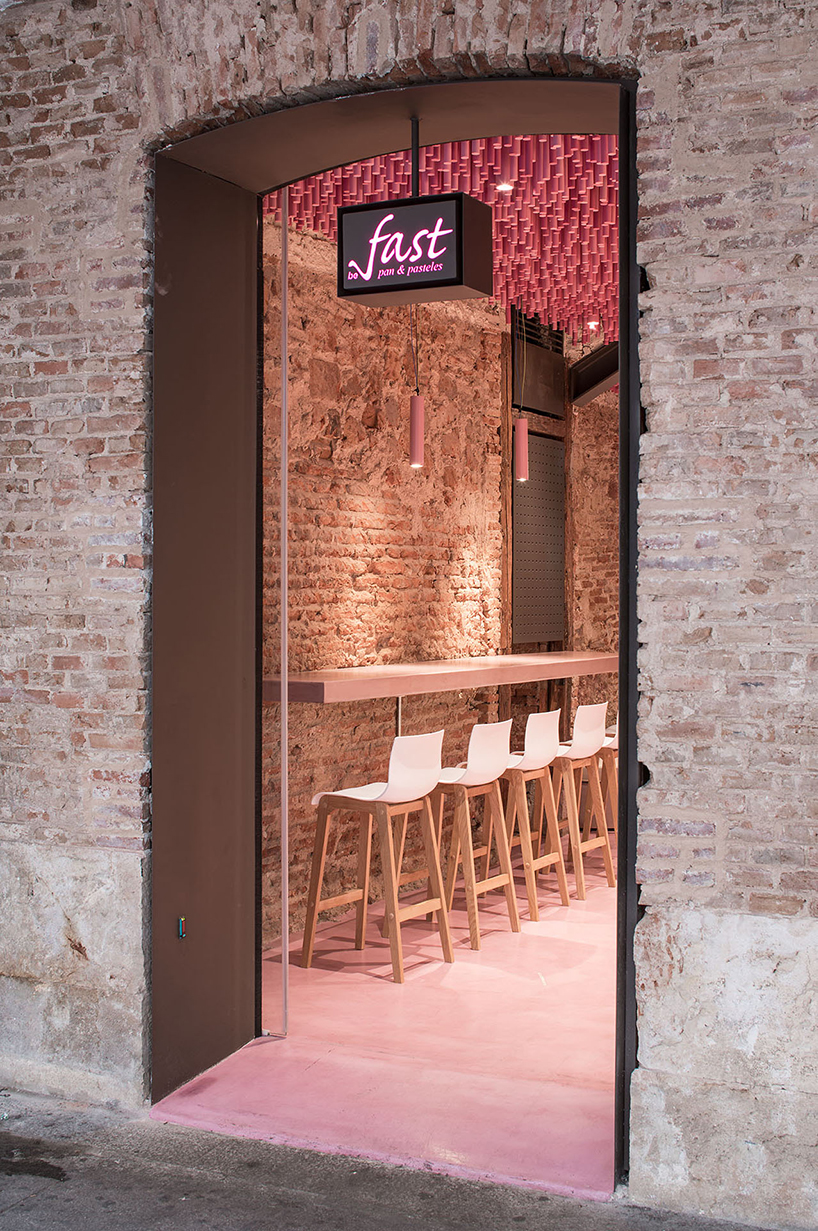 ideo-arquitectura-madrid-bakery-art-installation-strawberry-sticks-designboom-07